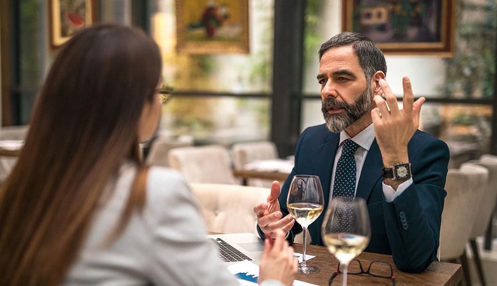 Colloquio di lavoro per posizioni manageriali durante una cena o un pranzo